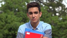 Λυπημένος αρσενικός ισπανικός έφηβος σπουδαστών απόθεμα βίντεο