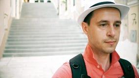 Λυπημένος αρσενικός ταξιδιώτης που φορά τους περιπάτους καπέλων κάτω στην οδό Στοκ φωτογραφία με δικαίωμα ελεύθερης χρήσης