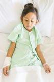 Λυπημένος ασιατικός ασθενής νοσοκομείου μικρών κοριτσιών Στοκ Εικόνα