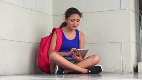 Λυπημένος δυστυχισμένος θηλυκός φοιτητής πανεπιστημίου με την ταμπλέτα απόθεμα βίντεο
