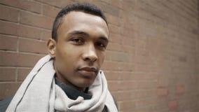 Λυπημένος ενήλικος αφροαμερικάνων που εξετάζει το σε αργή κίνηση πυροβολισμό πορτρέτου καμερών απόθεμα βίντεο