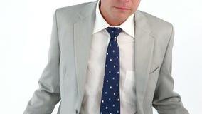 Λυπημένος επιχειρηματίας που εμφανίζει κενές τσέπες του φιλμ μικρού μήκους