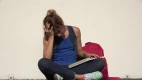 Λυπημένος θηλυκός εφηβικός σπουδαστής απόθεμα βίντεο