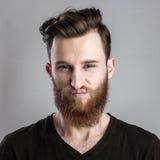 Λυπημένος και δυστυχισμένος νεαρός άνδρας που απομονώνεται στο γκρίζο backround Στοκ εικόνες με δικαίωμα ελεύθερης χρήσης