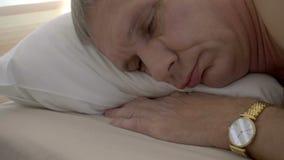 Λυπημένος, καταθλιπτικός κουρασμένος νεαρός άνδρας στο κρεβάτι φιλμ μικρού μήκους