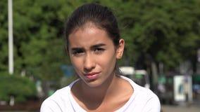 Λυπημένος καταθλιπτικός νέος ισπανικός θηλυκός έφηβος απόθεμα βίντεο