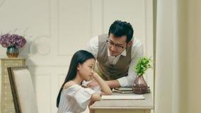 Λυπημένος λίγο ασιατικό κορίτσι που παίρνει την άνεση από τον πατέρα απόθεμα βίντεο