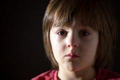 Λυπημένος λίγο παιδί, να φωνάξει, που αγκαλιάζει το γεμισμένο παιχνίδι στοκ εικόνα με δικαίωμα ελεύθερης χρήσης