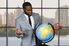 Λυπημένος μαύρος επιχειρηματίας με τη σφαίρα Στοκ εικόνα με δικαίωμα ελεύθερης χρήσης