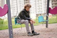 Λυπημένος μόνος έφηβος υπαίθριος στην παιδική χαρά οι δυσκολίες της εφηβείας στην έννοια επικοινωνίας στοκ φωτογραφίες