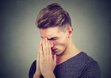 Λυπημένος νεαρός άνδρας με την τεντωμένη επίκληση έκφρασης προσώπου στοκ εικόνες με δικαίωμα ελεύθερης χρήσης
