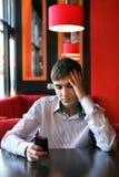 Λυπημένος νεαρός άνδρας με το τηλέφωνο Στοκ φωτογραφίες με δικαίωμα ελεύθερης χρήσης