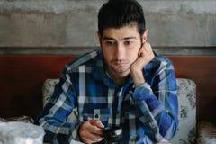 Λυπημένος νεαρός άνδρας που εξετάζει ένα σημείο Στοκ Φωτογραφία