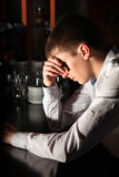 Λυπημένος νεαρός άνδρας στη ράβδο Στοκ φωτογραφία με δικαίωμα ελεύθερης χρήσης