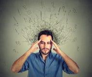 Λυπημένος νεαρός άνδρας με την ανησυχημένη τονισμένη έκφραση προσώπου και εγκέφαλος που λειώνει στις γραμμές Στοκ φωτογραφίες με δικαίωμα ελεύθερης χρήσης