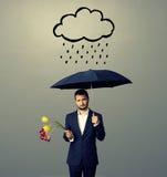 Λυπημένος νεαρός άνδρας με τη μαύρη ομπρέλα Στοκ φωτογραφία με δικαίωμα ελεύθερης χρήσης