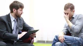 Λυπημένος νεαρός άνδρας που μιλά με τον ψυχολόγο φιλμ μικρού μήκους