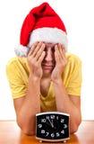 Λυπημένος νεαρός άνδρας στο καπέλο Santa Στοκ Φωτογραφίες
