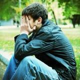 Λυπημένος νεαρός άνδρας υπαίθριος Στοκ Φωτογραφίες