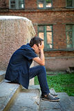 Λυπημένος νεαρός άνδρας υπαίθριος Στοκ φωτογραφία με δικαίωμα ελεύθερης χρήσης