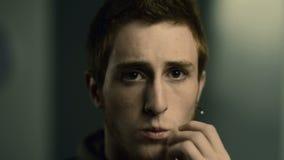 Λυπημένος νεαρός άνδρας απόθεμα βίντεο