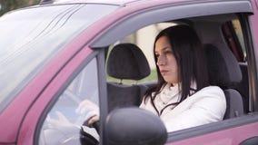 Λυπημένος οδηγός γυναικών στο αυτοκίνητο απόθεμα βίντεο