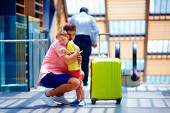 Λυπημένος πατέρας που αγκαλιάζει το γιο πρίν φεύγει στο μακροχρόνιο ταξίδι Στοκ εικόνα με δικαίωμα ελεύθερης χρήσης