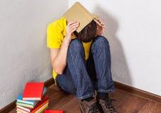 Λυπημένος σπουδαστής με βιβλία Στοκ Φωτογραφία