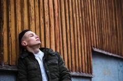 Λυπημένος τύπος κοντά στον τοίχο στοκ φωτογραφία με δικαίωμα ελεύθερης χρήσης