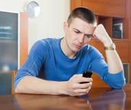 Λυπημένος τύπος που φωνάζει μετά από το τηλεφώνημα στο σπίτι του Στοκ Εικόνες