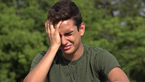 Λυπημένος φωνάζοντας αρσενικός ισπανικός εφηβικός νεοσύλλεκτος στρατιωτών απόθεμα βίντεο