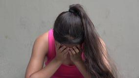 Λυπημένος φωνάζοντας θηλυκός έφηβος φιλμ μικρού μήκους