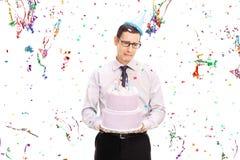 Λυπημένο άτομο που κρατά ένα κέικ και να φωνάξει γενεθλίων Στοκ Φωτογραφία