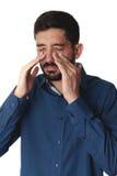 Λυπημένο άτομο που κρατά τη μύτη του επειδή πόνος κόλπων στοκ εικόνες
