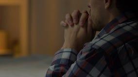 Λυπημένο άτομο που στέκεται στα γόνατα και που προσεύχεται στο Θεό, προβλήματα με τη ζωή, την πίστη και την ελπίδα απόθεμα βίντεο