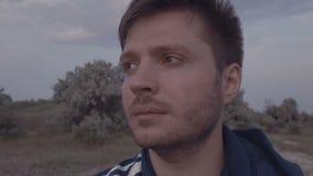 Λυπημένο άτομο στο πάρκο απόθεμα βίντεο