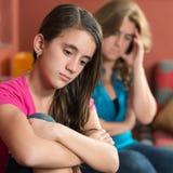 Λυπημένο έφηβη και η ανησυχημένη μητέρα της Στοκ εικόνες με δικαίωμα ελεύθερης χρήσης