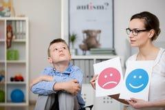 Λυπημένο αγόρι και ο ψυχολόγος του Στοκ Εικόνες