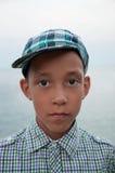 Λυπημένο αγόρι με τα καφετιά μάτια στην ΚΑΠ στοκ εικόνα