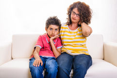 Λυπημένο αγόρι οικογενειακών γυναικών πόνου λαιμών Στοκ Εικόνες