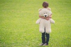 Λυπημένο αγόρι που αγκαλιάζει τη teddy αρκούδα του στοκ εικόνα με δικαίωμα ελεύθερης χρήσης