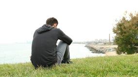Λυπημένο αγόρι που παραπονιέται στα περίχωρα πόλεων φιλμ μικρού μήκους