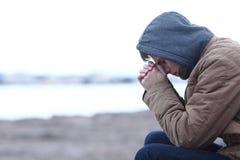 Λυπημένο αγόρι που παραπονιέται το χειμώνα στην παραλία στοκ φωτογραφία με δικαίωμα ελεύθερης χρήσης