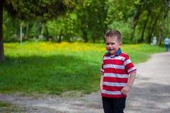 Λυπημένο αγόρι στην πορεία Στοκ φωτογραφία με δικαίωμα ελεύθερης χρήσης
