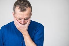 Λυπημένο ανησυχημένο άτομο που καλύπτει το στόμα του στοκ εικόνες με δικαίωμα ελεύθερης χρήσης
