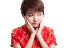 Λυπημένο ασιατικό κορίτσι στο κινεζικό φόρεμα cheongsam Στοκ Εικόνα