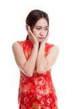 Λυπημένο ασιατικό κορίτσι στο κινεζικό φόρεμα cheongsam Στοκ φωτογραφία με δικαίωμα ελεύθερης χρήσης