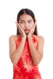 Λυπημένο ασιατικό κορίτσι στο κινεζικό φόρεμα cheongsam Στοκ φωτογραφίες με δικαίωμα ελεύθερης χρήσης