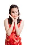 Λυπημένο ασιατικό κορίτσι στο κινεζικό φόρεμα cheongsam Στοκ Φωτογραφία