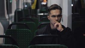 Λυπημένο δυστυχισμένο οδηγώντας τραμ ατόμων μέσω της πόλης τη νύχτα Καταθλιπτικός κοιτάξτε ενός νεαρού άνδρα στις κενές μεταφορές απόθεμα βίντεο